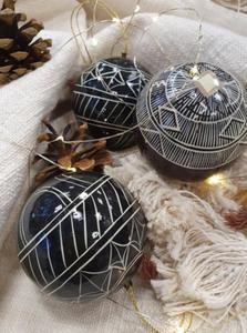 Madam Stoltz :: Ręcznie malowana bombka, Baku, Boże Narodzenie, czarna, prezent, ozdoba, choinka, salon, średnica 8 cm (AL120) - 2877653180
