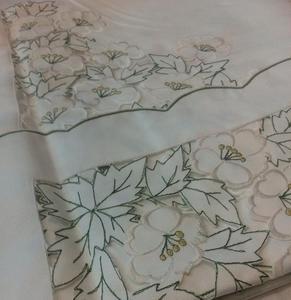 Obrus haftowany 85x85 B żakardowy biały z zieloną lamówka w kwiaty - 2849728774