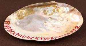Szamańska muszla do spalania ziół z grawerowanymi runami (czerwonymi) - 2858132649