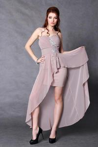 3902-3 Elegancka sukienka z dłuższym tyłem + srebrne kamienie z przodu - brązowy - 1897957319