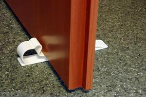 Zabezpieczenie drzwi stoper blokada biały, A-PLAST - biały - 2868093392