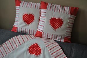Komplet - czerwone serca = 2 poszewki i obrus - 2837883532