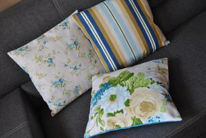 Komplet trzech poszewek, niebieskie kwiaty i paski - 2837884321