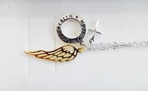 Srebrny łańcuszek z trzema przywieszkami. Łańcuszek z przywieszkami skrzydłem, krzyżykiem i kółkiem. - 2865420309